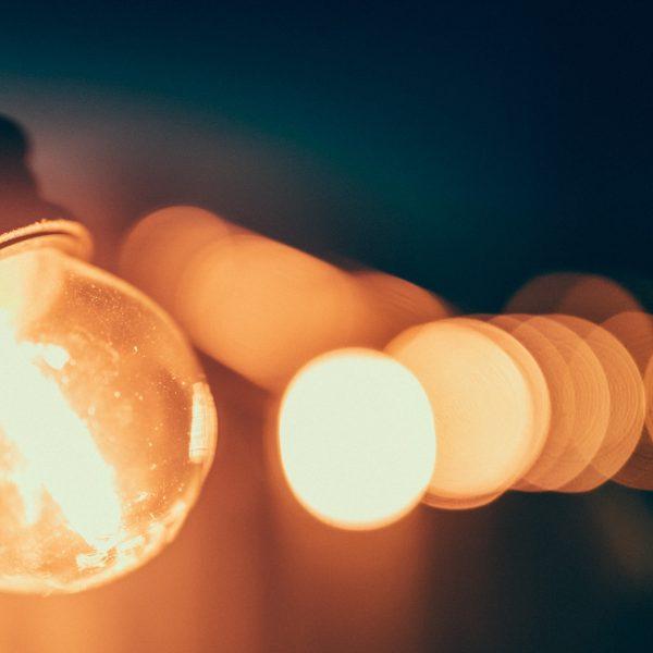 Leuchtgirlande zur Eröffnungsfeier des Sprachparcours in Moabit